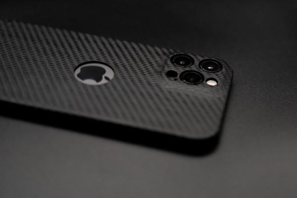 Carbon Cover iPhone 13 Pro z Logowindow